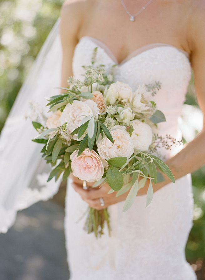 simple white wedding bouquets photo - 1