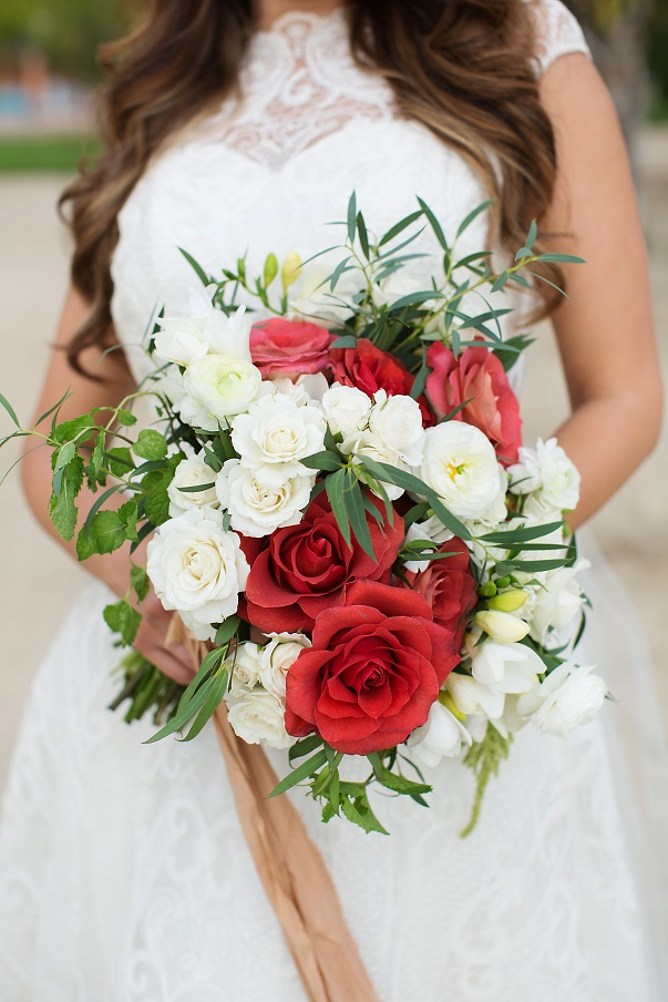 small white wedding bouquets photo - 1