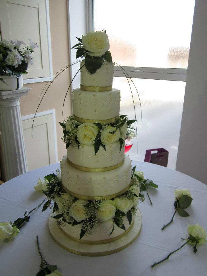 wedding cakes with fresh flowers photo - 1
