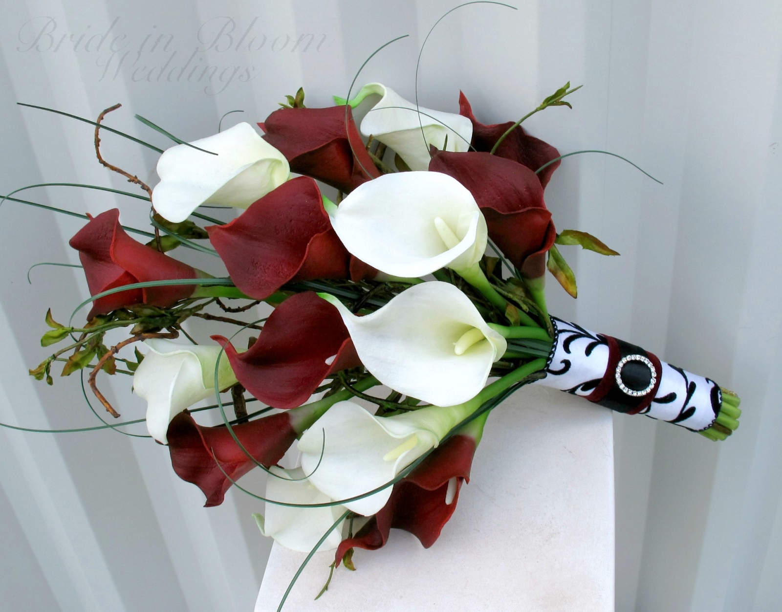red white bouquets wedding photo - 1